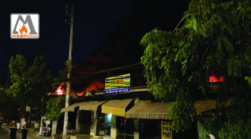 Xưởng vải ở Hóc Môn cháy lớn, đang lan sang nhà dân, công ty gần bên