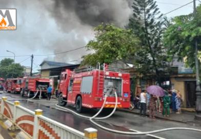 Thừa Thiên Huế: Kho phế liệu cháy nghi ngút trong ngày mưa